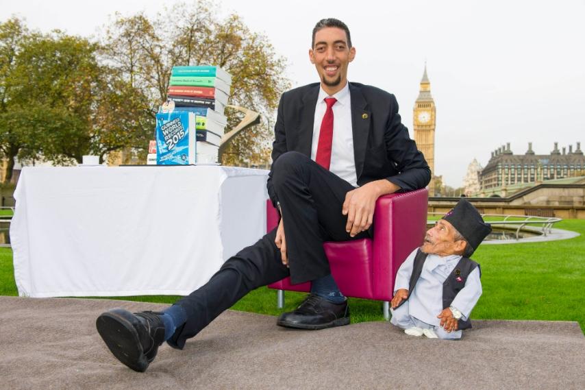 Matrimonio Con Uomo Più Grande : Londra l uomo più grande e piccolo del mondo insieme