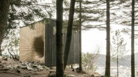 Norvegia: il rifugio è un buco spaziale nella foresta