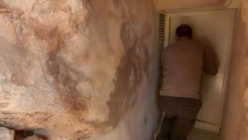 Trova un tunnel nascosto all'interno di una grotta e scopre uno scioccante segreto