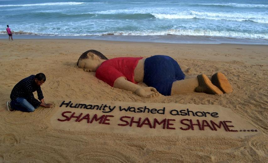 Molto La scultura di sabbia in memoria del piccolo Aylan Kurdi, il  LD22
