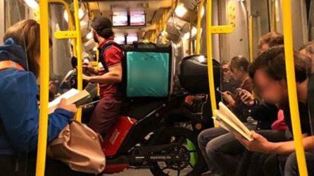 Con Lo Scooter Nella Metro: Il Ragazzo Delle Consegne A Domicilio Sale Sul  Vagone