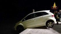 Auto in bilico sul fiume: il proprietario aveva dimenticato il freno a mano