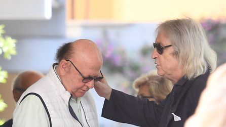Morto Carlo Vanzina, le lacrime del fratello Enrico, della moglie e degli amici alla clinica Mater Dei