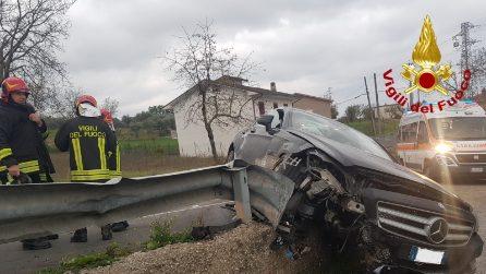 Mirabella Eclano (Avellino): auto sbanda e sfonda il guardrail