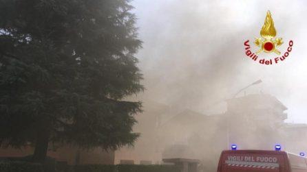 Incendio sul tetto di un palazzo a Cornaredo: salvata anziana di 99 anni