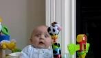 Bimbo si spaventa quando la mamma si soffia il naso