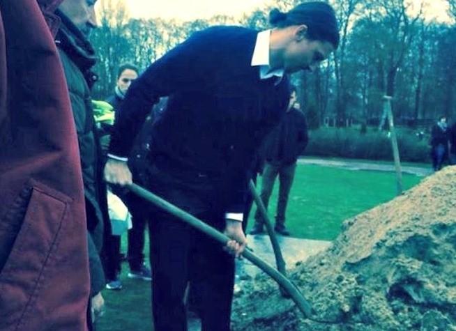 Zlatan Ibrahimovic prega sulla tomba di suo fratello Sapka
