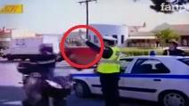 Motociclista invece di fermarsi batte il cinque al poliziotto e va via