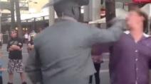 Statua prende a pugni un uomo