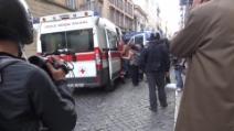 Corteo a Roma: perde la mano durante gli scontri. Il nipote cerca le dita in via Veneto