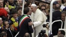 Canonizzazione, Francesco fa salire il sindaco Marino sulla papa-mobile