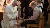 Papa Francesco bacia e lava i piedi a 12 disabili