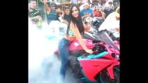 Una bellissima ragazza e il burnout con la sua moto