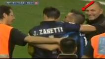 Inter-Lazio, tifoso nerazzurro in lacrime invade il campo per abbracciare Zanetti