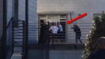 Scudetto Juve, giocatori escono dall'hotel e fanno festa con i tifosi