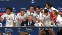 I giocatori del Real Madrid interrompono la conferenza di Ancelotti e lo sommergono