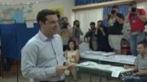 Europee, Alexis Tsipras al seggio: il voto del candidato del Partito della sinistra europea