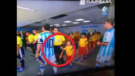 Messi spezza il cuore ad un bambino prima della partita