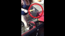 La moglie che distrugge a martellate l'auto del marito