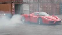 L'incredibile burnout con la Ferrari Enzo