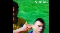 Lo schiaffo di Fred a Medel a fine primo tempo di Brasile-Cile