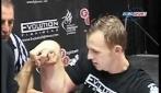 """Il campione di Arm Wrestling Matthias Schlitte come """"Braccio di ferro"""""""