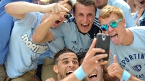 Segna un gol ed esulta scattando un selfie con i tifosi