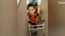"""Bimbo di 2 anni muove i suoi primi passi con le protesi: """"Ce l'ho fatta!"""""""