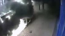 Esplode un furgone in pieno centro, divorato poi dalle fiamme