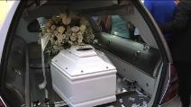 L'ultimo saluto a Lorenz, il piccolo morto a 5 anni per overdose