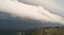 Filmano la tempesta che avanza in fretta