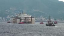 La Costa Concordia al porto di Genova: le prime manovre dei rimorchiatori