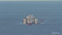 Costa Concordia arriva a Genova, difficoltà per l'ingresso al porto per via del forte vento