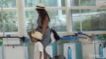 Vacanze finite per Ilaria D'Amico che lascia la Sardegna con suo figlio Pietro