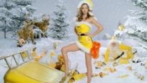 Miranda Kerr casta Babbo Natale in giallo per il tè al limone