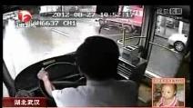 Scooter contro bus, pauroso incidente