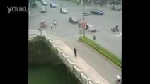 Cina: perde la testa e inizia ad aggredire i passanti
