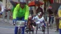 Maratona di Venezia, Alex Zanardi aiuta il compagno di gara