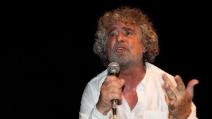 """Beppe Grillo ad Alcamo: """"I nostri consiglieri si decurtano lo stipendio"""""""