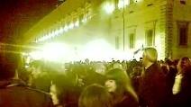 La folla di fronte al Quirinale dopo le dimissioni di Berlusconi