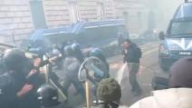 La polizia impedisce il passaggio di un corteo a Milano