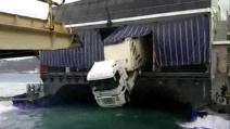 Tir sfonda la parete di una nave e resta in bilico per tutto il tragitto