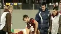 Stergios Dimopoulos cade dalla barella mentre esce dal campo