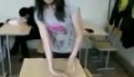 Una ragazza davvero snodata, gira il polso di 360°