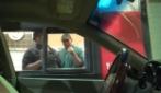 L'autista è invisibile, scherzo al drive thru