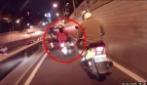 La ragazza che cavalca il suo scooter impazzito