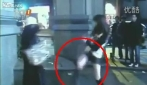 Una ragazza disarma con un calcio la donna suicida