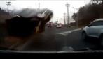 Un Suv vola su un'altra macchina: incidente terrificante