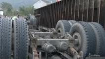 Cina, camion si rovescia sfiora motociclista