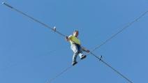 In bilico sulla fune a 60 metri di altezza